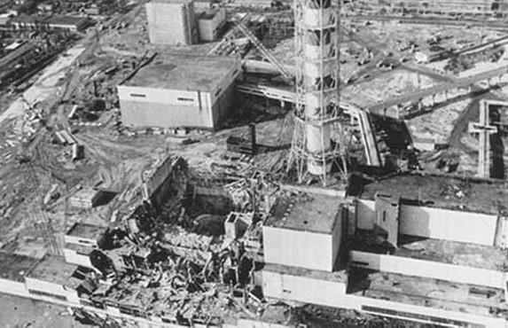 Photo du réacteur de la centrale nucléaire de tchernobyl après l'accident