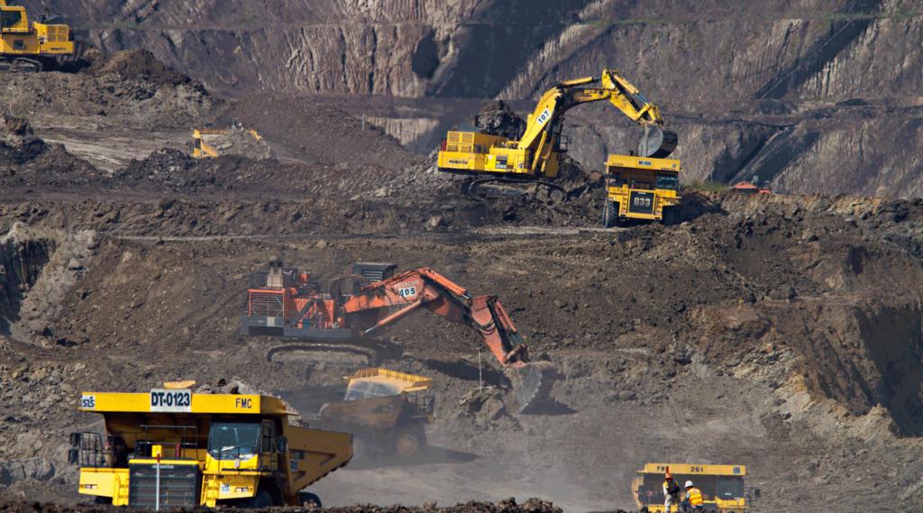 extraction dans une mine de charbon en indonésie